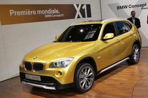 fyrhjulsdrivet.  Det är svårt att se det men X1 är en mindre version av BMW X3 och helt rätt för den som vill vara mer miljövänlig men ändå åka fyrhjulsdrivet. X1 ser helt rätt ut och är dessutom bara aningen mindre än X3 så storebror får det garanterat jobbigt när lillen lanseras om ungefär ett år.BMW uppger inte vilka motorer som kommer att finnas i X1 men vi kan anta att BMW:s vanliga motorer blir aktuella och i framtiden kanske även hybriddrift?Foto: Johannes Collin