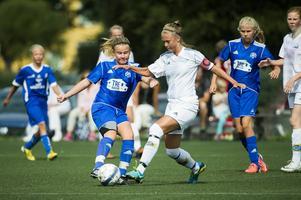 Till vardags träffas de flesta av dem på Mimerskolan. Men under fredagen mötte tjejerna i Heffnersklubban och SDFF varandra på fotbollsplanen – i Drakcupen. Här är Heffnersklubbans Charlotte Eriksson och SDFF:s Wilma Jonsson i en duell.
