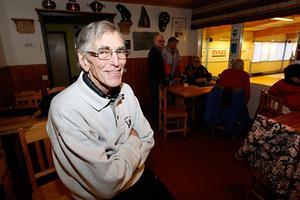 Bertil Unger och de andra veteranerna i Svegs CK har haft fullt upp under de inledande dagarna av SM-veckan i curling.