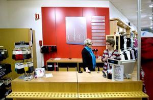FÅR FLYTTA. Kerstin Lindström och Annika Karlsson i DM Mode fick  i fredags besked att butiken ska flyttas till någon annan lokal i Gävle.
