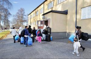 De få ägodelar som flyktingarna har bars in till den före detta kasernen på F 4. DE blå IKEA-kassarna har de fått av Migrationsverket i Gävle, de innehåller bland annat sängkläder.