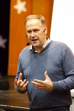 Jonas Sjöstedt sa bland annat att med regeringens politik har Sverige fått ett stort antal otrygga jobb och att Sverige blivit mer ojämlikt.