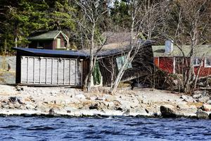 Ett strandnära hus på Rödön råkade riktigt illa ut i stormen då ett träd blåste omkull och roten lyfte huset.