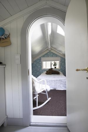 Fönstret från ena sovrummet vetter ut till en av utbyggnaderna.