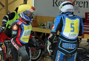 Pappa Stefan Svensson på väg fram för att gratta sonen Niclas till segern i deras inbördes möte i deras andra heat.