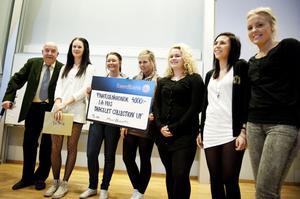 Paul Brännström tillsammans med UF-företaget Bracelet Collection, som består av Julia Marcusson, Angelica Norgren, Olivia Wallström, Stina Ekengren, Emelie Härdin och Josefine Blomqvist.