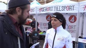 ST:s reporter Jerker Ullerstam och Charlotte Kalla under insamlingen på torget.