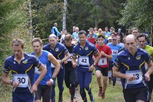 Starten har gått i 12-kilometersloppet i Trail Övik. Stefan Sjöund (30) från Skogslöparna segrade följd av Börje Pauler (till höger).   Foto: Sören Häggkvist