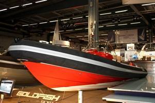 Norska ribbåten Goldfish med två standardmotorer gör 85 knop, snabbast på mässan.