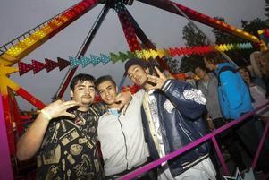 Ardalan Rahman, Shiyar Mishko och Eymen Mamluk i kvällens längsta kö. Slänggungan var kvällens stora åkattraktion.
