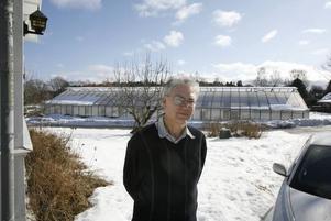 ...men markägaren Hans-Lennart Eriksson försäkrar att det inte är sant. Hedvigs trädgård ska vara kvar i minst 50 år, säger han.