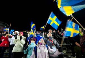 Kultur- och fritidsnämndens ordförande Karin Thomasson (MP) med barnen Hedvig och Selma Mispelaere hejade för glatta livet på svenskarna.Foto: Håkan Luthman