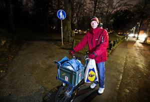 """Föredrar ljus. """"Är jag ensam håller jag mig där det är upplyst"""", säger Joakim Helmin. """"Det är mycket tankar när det är sent och man är ensam. Det händer att jag cyklar på en större gata hellre än en illa upplyst cykelbana."""" Foto: Tony Persson"""