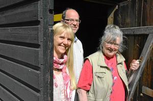 Tre av konstnärerna, fr vänster Anna Ruuska, Bertil Lundqvist samt Kerstin Karlsson gläntar på dörren till Sockenmagasinet där de den 11 juli har vernissage. Saknas på bilden gör Ylva Eklind.