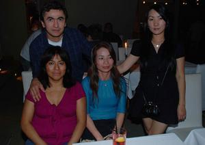 Blue Moon Bar. Jésus, Nara, Maria och Mimi