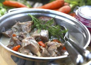 Dillkött får en kan tyckas märklig smaksättning med socker, dill och ättika. Passar bäst till ljust kött som kalv, lamm och fågel.   Foto: Dan Strandqvist