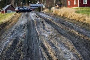Vägen har nyligen åtgärdats, genom att man hämtade material från kanterna och slätade till den. Det var uppenbarligen inte till någon större nytta.