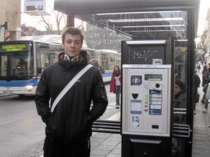 Tycker det borde vara gratis. Razzmuz Ljungberg, 18 år, åker inte buss så ofta och köper biljetten strax innan han kliver på. Har han småpengar blir det automatköp, annars köper han biljetten i någon affär. Längs Stora gatan finns flera automater.