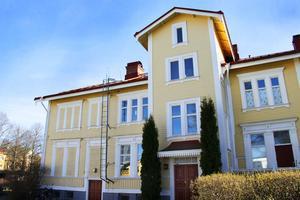 På bottenvåningen i det här vackra huset från 1893 bor Anna Karin och Sune Liljevall.
