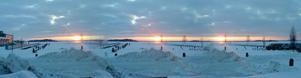 Bilden är tagen med min mobil i lördagskväll, 23 jan 2010,  nere vi Öster Mälarstrand i Västerås.  Skulle prova att ta med panoramafunktionen och resultatet blev en 3D-solnedgång.