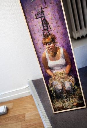 """Självporträttet visar vad Stina Wollters konstärskap handlar om – att bearbeta ett material och få ordning på det. """"Den gamla spinnrocken satte fart på mig"""", säger hon.  Foto: Håkan Luthman"""
