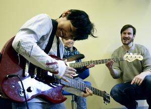"""Jirachok """"Jet"""" Siripak rockade loss med elgitarren under måndagens musikdemonstration."""