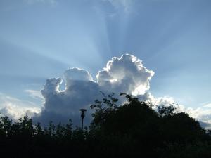 Solen gömmer sig bakom ett moln. Såg häftigt ut när soltrålarna tittade fram.