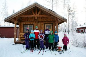 Alva Hedlund, Wilma Molund, Lina Rotsjö, Engla Lubell, Therese Nilsson, Elliot Hedlund, Isaac Olsen och Isabelle Nilson är några av de entusiastiska medlemmarna i Lillsjöhögens Sportklubb. Här poserar de framför den nybyggda klubbstugan.