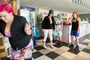 Heather Hellraisers instruerar Pink Ladies personal i rullskridskoåkningens teknik