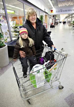 Lena Hallberg från Sandviken har tillsammans med barnbarnet Tess just avslutat en inköpsrunda i Valbo köpcentrum, som resulterade i fem plastkassar. Men hon skulle inte ha något emot om butikerna i Valbo slutade dela ut gratis plastpåsar, och menar att man lär sig snabbt.