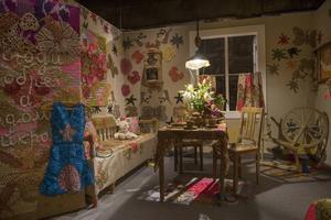 Den New York-baserade konstnären Olek, känd för sina storskaliga virkade verk, gör sin första utställning i Sverige. Här hennes virkade lägenhet före detonationen.