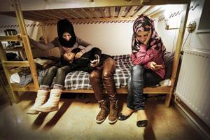 Dagarna är oändliga, och all väntan kräver stort tålamod av de fyra ungdomarna. Ayat, Roa och Nour.