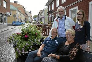 Valtider. Just nu knackar Socialdemokraterna dörr i Lindesbergs kommun för att vinna fler valröster. Anders Ceder, Linda Svahn, Bengt Storbacka och Irja Gustavsson är några av partiets aktiva.