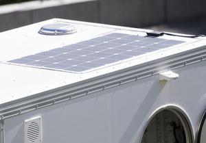 Solceller på taket laddar bilbatterierna som driver cykelhuset uppför branta backar och ger Christoffer ström för att ladda mobilen.