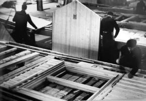 På tio platser i Sverige tillverkade Svenska Trähus sina monteringsfärdiga hus. Den här bilden är fotograferad 1961 och är från Håstaholmen i Hudiksvall.