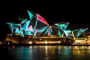 Operahuset upplyst under en ljusfestival.