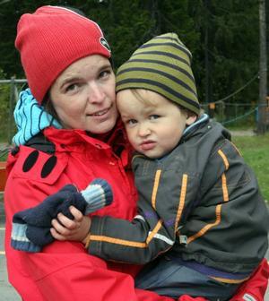 – Det går inte att slappna av. Skolan är ju fortfarande hotad, säger Jennie Gerhardsson som jobbar på förskolan.  Här tillsammans med Julius Klingbjer, 2.