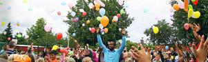 Skolstart. Nibbleskolan firar skolstarten och sammanslagningen med Skogsbrynsskolan. Firandet skedde med ballongsläpp och glassätning.