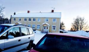 Samling runt huset där kooperativa dagiset bedrivs med bygdeting och brainstorming i helgen.