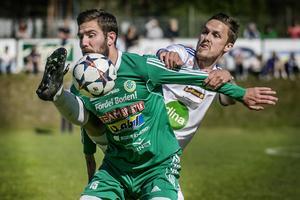 Pontus Olsson kämpar till sig bollen.