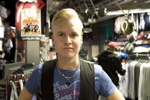 – Det är svårt att få jobb här i Hudik, säger Johan Sjöblom, som jobbar halvtid i en klädbutik.