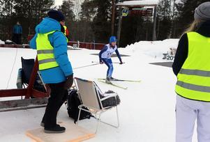 Alva Pettersson, Hede SK, kommer in på skjutvallen med god fart.