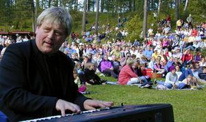 Janne Sjönneby, här under en stor utomhus- och jubileumsfest på Solsheden i Gagnef, är initiativtagare till och löedare för Gagnef Windband.