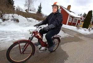 Sven Ullmark på moppe.