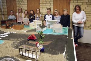 Stolta skolelever i Nordingrå visar upp sin tredimensionella bild av Nordingråvallens centrum.