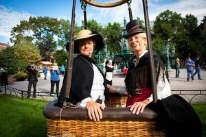 Tina Johansson och Inger Westling stiger till väders i ballong under Stenstadsdagarna.