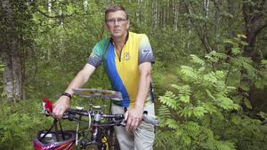 Ulf Kjellin både springer och cyklar i sin jakt på kontroller.
