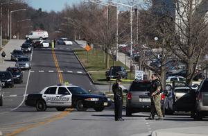 Polis upprättade vägspärrar i områdeet efter dödsskjutningen, men 22.30 svensk tid hade ännu ingen gripits för dåden.