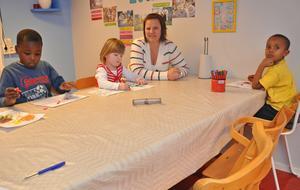 DELAD. Innan det är dags för lunch har barnen en ritstund. Förskollärare Camilla Hamlin ser både fördelar och nackdelar med en flytt till Aspenskolan.
