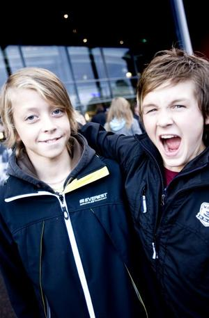Brynäs. Både unga och gamla supportrar slöt upp i säsongspremiären i Läkerol Arena. Eric Hellsten, 13, och Jacob Lööf, 13, var två yngre Gävlebor som gladdes över det första nedsläppet för säsongen.